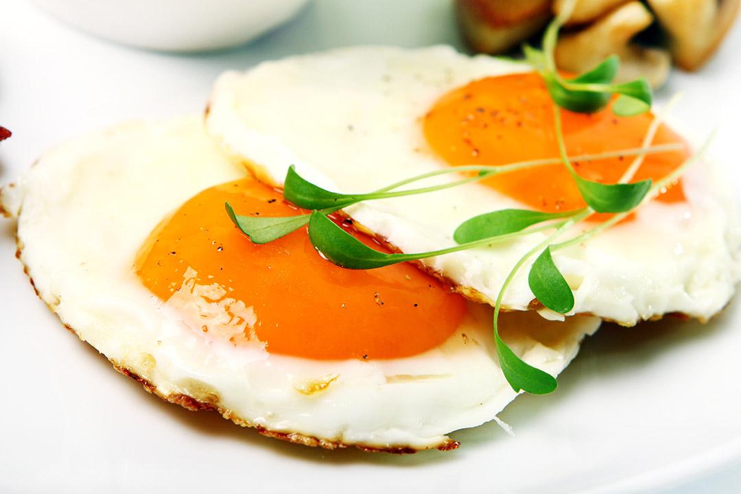 Cómo hacer huevos fritos en el microondas
